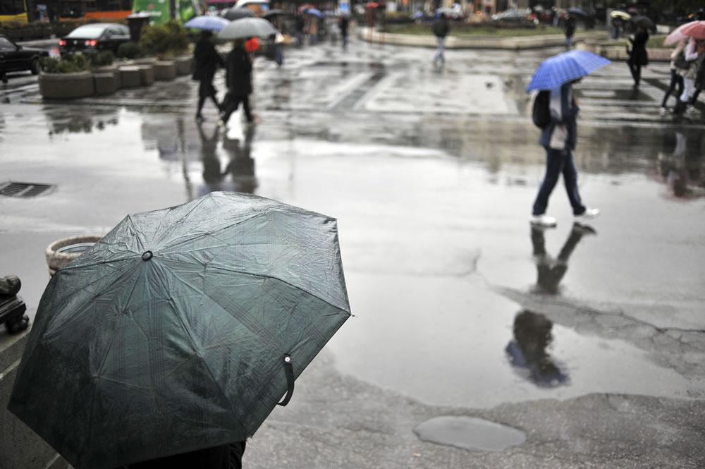 rain-story-people-umbrellas-city